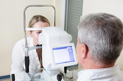 Krzywizna soczewki kontaktowej - badanie keratometrem
