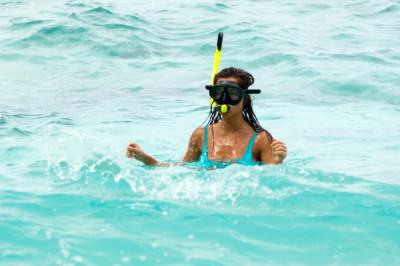 Soczewki a kąpiel w morzu – czy woda morska niszczy soczewki?