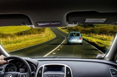 Soczewki kontaktowe a prowadzenie samochodu